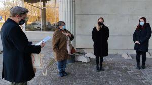 En man och tre kvinnor står utanför Pargas bibliotek.