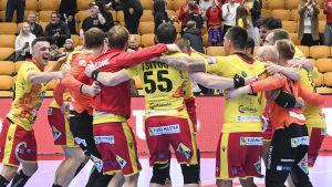 samtliga Cocksspelarna firar hemmesegern över Tatran Preson i Champins League hösten 2019.
