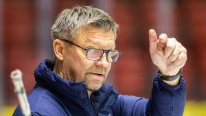 Jukka Jalonen viftar med handen.