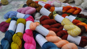 Härvor av ihopnystat handfärgat garn i alla möjliga färger.