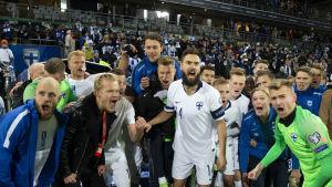 Finska herrlandslagsspelare vrålar ut sin glädje.