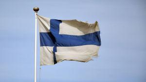 En sliten och lite smutsig Finlands flagga i flaggstången.