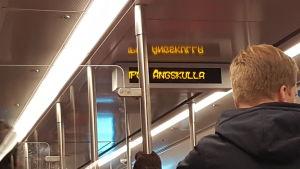 Text på en digital skylt i metron.