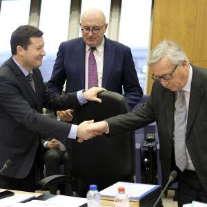 Martin Selmayr skakar hand med Jean-Claude Juncker