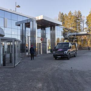 Taksi seisoo Keski-Suomen keskussairaalan päivvystyspoliklinikan edessä.