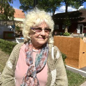 Den estniska pensionären Maimu Lomp blickar förbi kameran med oro i blicken