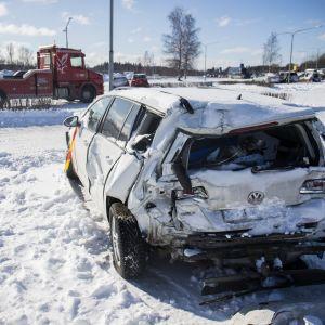 Ketjukolarissa vaurioitunut auto Espoon Ikean parkkipaikalla.