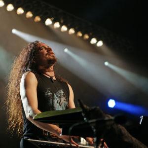 Tuomas Holopainen soittaa keikalla (2015)