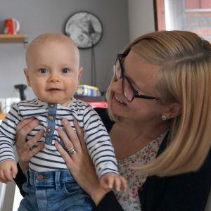 Abbe med mamma Matilda Engström.