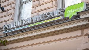 Psykoterapicentret Vastaamos logo mot en husfasad.