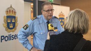 Polis blir intervjuad