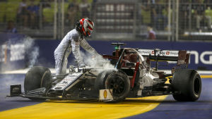 Kimi Räikkönen lämnar sin söndriga bil.