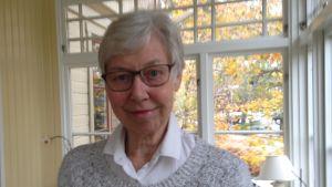 Professor emerita Madeleine Leijonhufvud välkomnar samtyckeslagen.