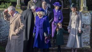 Kuninkaalliset kävelevät ulos kirkosta.