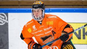 Kasper Björkqvist spelar ishockey.