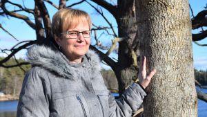 Linnéa Nystedt står vid ett träd och tittar in i kameran.