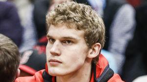 Lauri Markkanen sitter och följer matchen mot Utah.