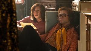 Bernie Taupin (Jamie Bell) och Elton John (Taron Egerton) sitter på golvet och skriver musik.