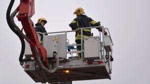 skylift med två brandmänn