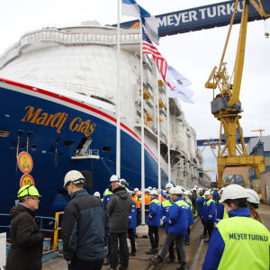 Fartyget Mardi Gras vid Åbovarvets hamn. Massor med människor vid kajkanten som följer med sjösättningen av fartyget.