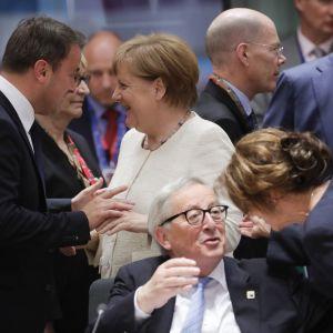Luxemburgs premiärminister Xavier Bettel samtalar med Tysklands förbundskansler Angela Merkel.