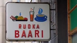 Gammaldags matbarssskylt i Berghäll i Helsingfors