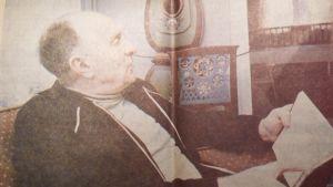 Uno Forss 1979, med bok i handen i sitt hem.