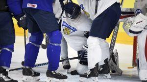 Jesse Puljujärvi hjälps av isen.