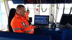 Matti Pöyli på kommandobryggan på hybridfärjan Elektra där han är befälhavare.