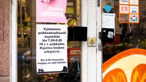 Lapp på matbutksdörr som informerar om specialöppet för över 70-åringar.