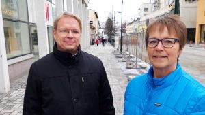 Robert Ståhl och Siv Granqvist på gågatan i Jakobstad