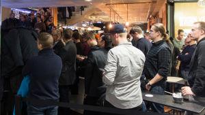 Stort intresse för föreläsningar och bitcoin - alla rymdes inte in i kaféet.
