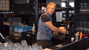 Toni Kallinen bakom bardisken på restaurang HSF/Stefan's Steakhouse