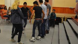Pojkar dansar.