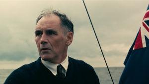 Dawson (Mark Rylance) står på däck och styr sin båt mot Dunkirk.