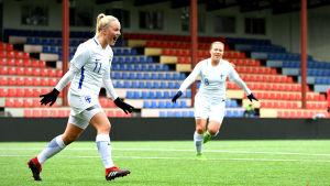 Jenni Kantanen firar sitt mål i matchen mot Tjeckien i kvalet i U19-EM.
