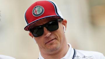 Kimi Räikkönen ser sammanbiten ut.