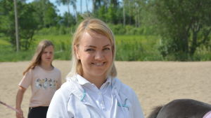 Närbild på Anna Toivonen som ler mot kameran.