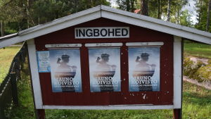 Ingboheds anslagstavla med tre affischer om Koivisto-pjäsen.