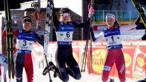 Damer jublar efter världscup i nordisk kombination.