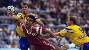 Ola Lindgren kämpar tillsammans med lagkompisen Magnus Wislander i OS-finalen 1992 mot Ryssland.