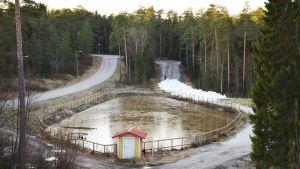 Blivande skidspår. Till höger en kort sträcka med snö som hela tiden fylls på med mera snö.
