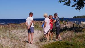 Flera familjemedlemmar anländer till sommarstugan.