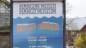 """en skylt utanför Hangö museum som berättar kommande utställning Hangö udds förunderliga natur"""""""