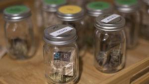 Burkar med marijuana på ett försäljningsställe i delstaten Manchester i USA
