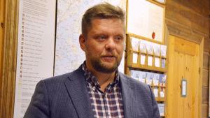 Henrik Jansson står framför en karta över Ekenäs skärgård.