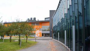 det finska gymnasiet och keuda = enter, i nickby i sibbo. I bakgrunden Nickby hjärta