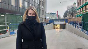 Kvinna står framför ingången till torgparkeringen i Åbo.