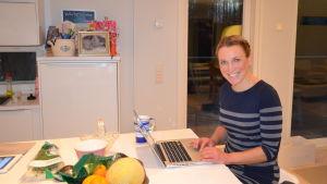 Joanna Byman jobbar ofta hemma i köket.
