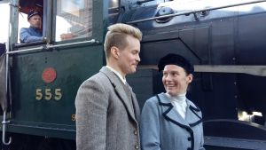skådespelarna Laura Birn och Johannes Holopainen framför ånglok